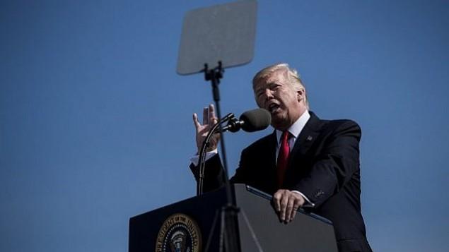 الرئيس الأمريكي دونالد ترامب يلقي كلمة خلال مراسم لإحياء ذكرى ضحايا اعتداءات 11/9 في البنتاغون، 11 سبتبمر، 2017. (AFP Photo/Brendan Smialowski)