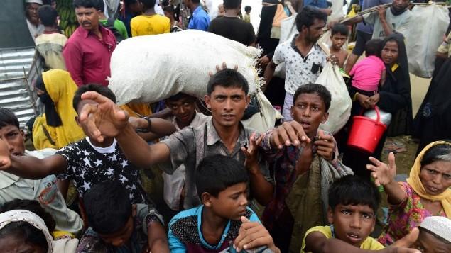 لاجؤون من الروهينا في ميانمار ينتظرون المساعدات في بنغلادش، 12 سبتمبر 2017 (MUNIR UZ ZAMAN / AFP)