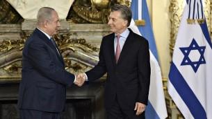 رئيس الوزراء الإسرائيلي بينيامين نتنياهو، من اليسار، يصافح الرئيس الأرجنتيني ماوريسيو ماكري قبل لقاء عمل في مكتب الرئاسة 'كاسا روسادا'  في بوينس آيرس في 12 سبتبمر، 2017. (AFP / JUAN MABROMATA)