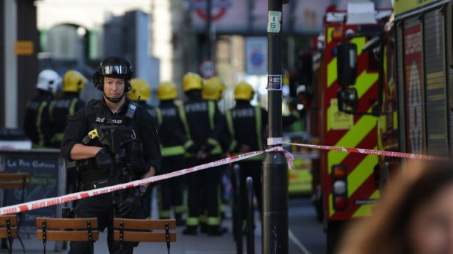 عناصر امن بريطانيون امام محطة مترو بارسونز غرين في لندن، 15 سبتمبر 2017 (AFP PHOTO / Daniel LEAL-OLIVAS /)