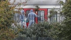 ضباط شرطة يعملون على طول قطار الأنفاق  في محطة  بارسونز غرين في غرب لندن في 15 سبتمبر 2017، في أعقاب حادث على قطار الأنفاق في المحطة. (AFP/Daniel Leal-Olivas)