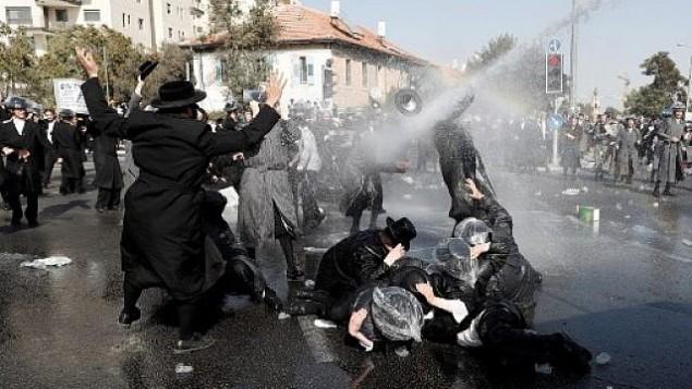 متظاهرون يهود متشددون يحتجون في القدس ضد قرار محكمة يلغي تشريع يؤجل تجنيدهم العسكري الاجباري، 17 سبتمبر 2017 (AFP Photo/Ahmed Gharbali)