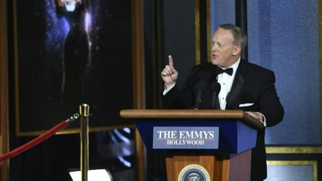 """شون سبايسر المتحدث السابق باسم البيت الابيض خلال افتتاح حفل توزيع جوائز """"إيمي"""" التلفزيونية، 18 سبتمبر 2017 (FREDERIC J. BROWN / AFP)"""