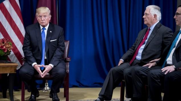 الرئيس الامريكي دونالد ترامب ووزير الخارجية الامريكي ريكس تيلرسون قبل لقاء مع امير قطر الشيخ تميم بن حمد ال ثاني على هامش الجمعية العامة للأمم المتحدة في نيويورك، 19 سبتمبر 2017 (AFP/ Brendan Smialowski)