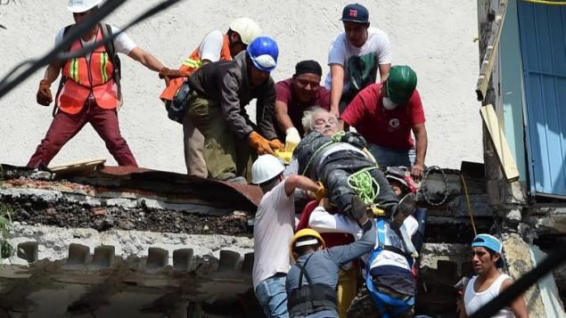 سحب رجل على قيد الحياة من الانقاض في اعقاب زلزال قوي في المكسيك، 19 سبتمير 2017 (RONALDO SCHEMIDT / AFP)