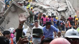 طواقم انقاذ، اطفاء، شرطة، جنود ومتظوعين يبحثون عن ناجين بين حطام مباني بعد زلزال قوي في مدينة مكسيكو، 19 سبتمبر 2017 (AFP PHOTO / RONALDO SCHEMIDT)