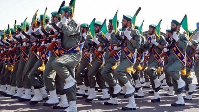 جنود إيرانيون خلال عرض عسكري سنوي  لإحياء ذكرى اندلاع الحرب المدمرة مع العراق بين السنوات 1980-1988، 22 سبتمبر، 2017 في طهران.(AFP PHOTO / str)