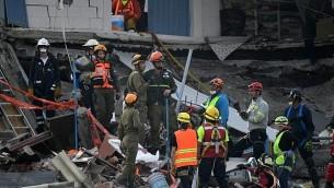 يبحث رجال الانقاذ الاسرائيليون عن الناجين في مكسيكو سيتي يوم 23 سبتمبر 2017 بعد اربعة ايام من الزلزال القوي الذي ضرب وسط المكسيك. (AFP Photo/Pedro Pardo)