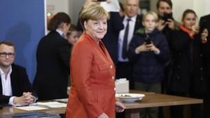 المستشارة الالمانية انغيلا ميركل بعد الادلاء بصوتها خلال الانتخابات الالمانيا، 24 سبتمبر (ODD ANDERSEN / AFP)