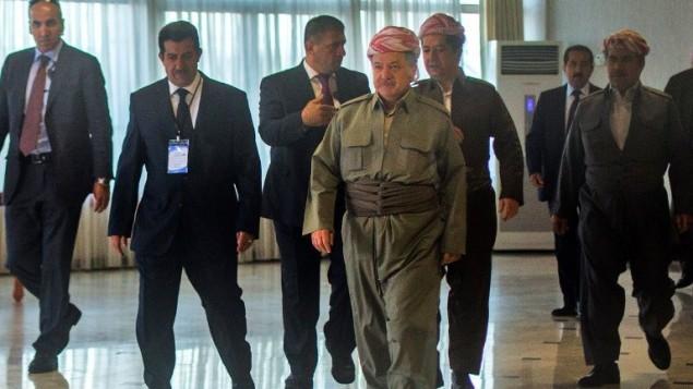 الزعيم الكردي مسعود بارزاني (الوسط من اليسار) يصل للإدلاء بصوته في الإستفتاء على استقلال إقليم كردستان العراق في محطة اقتراع بالقرب من أربيل، عاصمة الإقليم الكردي شمال العراق، في 25 سبتمبر، 2017. (AFP PHOTO / AHMED DEEB)