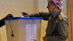 الزعيم الكردي مسعود بارزاني يدلي بصوته  في الإستفتاء على استقلال إقليم كردستان العراق في محطة اقتراع بالقرب من أربيل، عاصمة الإقليم الكردي شمال العراق، في 25 سبتمبر، 2017. ( AFP PHOTO / STRINGER)
