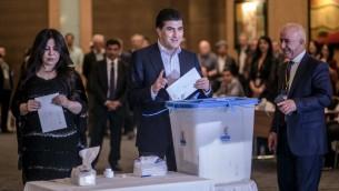 رئيس وزراء اقليم كردستان نيجيرفان بارزاني يدلي بصوته في الاستفتاء حول الاستقلال، في اربيل، 25 سبتمبر 2017 (AHMED DEEB / AFP)