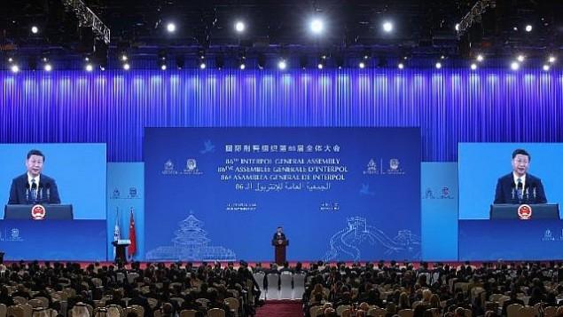 الرئيس الصيني شي جين بينغ يلقي كلمة خلال الاجتماع ال86 للجمعية العامة للإنتربول في مركز المؤتمرات الوطني في بكين، 26 سبتمبر، 2017. (AFP PHOTO / POOL / Lintao Zhang)