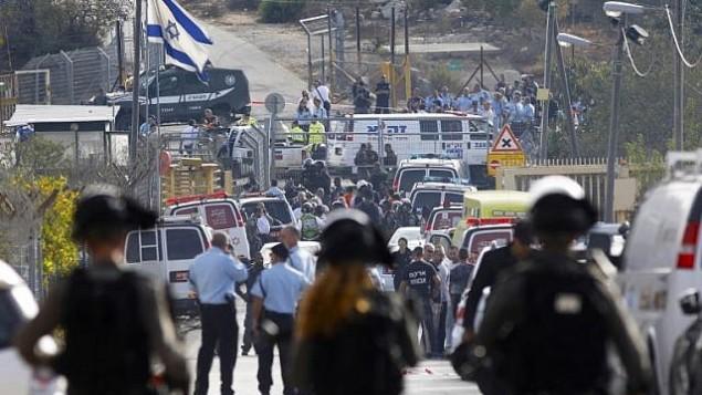 قوات الامن ترد على هجوم وقع امام مستوطنة هار ادا بالقرب من القدس، 26 سبتمبر 2017 (Menahem Kahana/AFP PHOTO)