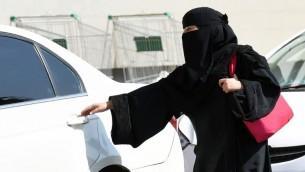 هذه الصورة من الأرشيف تم التقاطها في 26 أكتوبر، 2014، تظهر فيها سيدة سعودية تستقل سيارة  أجرة في مركز تسوق في الرياض. ( AFP PHOTO / Fayez Nureldine)