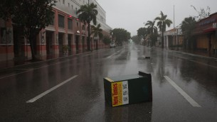 حطام في الشوارع مع وصول الاعصار ايرما لفلوريدا، 10 سبتمبر 2017 (JOE RAEDLE / GETTY IMAGES NORTH AMERICA / AFP)