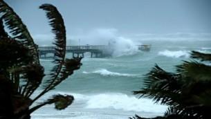 امواج كبيرة ناتجة عن الاعصار ايرما تضرب شواطئ فلوريدا، 10 سبتمبر 2017 (CHIP SOMODEVILLA / GETTY IMAGES NORTH AMERICA / AFP)