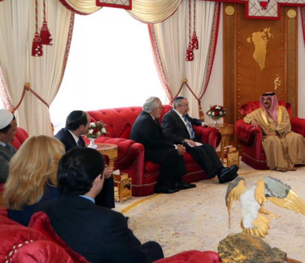 الحاخامان مارفين هاير وأبراهام كوبر من مركز 'سيمون فيزنتال' يلتقيان بملك البحرين حمد بن عيسى آل خليفة في البحرين، 23 فبراير، 2017. (Courtesy)