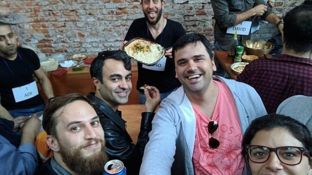 المشاركون في حدث  أطلق عليه اسم البطولة الدولية الأولى للحمص والتي أجريت في بوينس آيرس، 17 سبتمبر، 2017. (Courtesy of Muslim and Jewish Fans of Hummus)