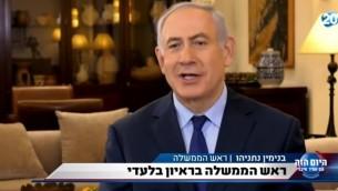 تصوير شاشة من فيديو لمقابلة مع رئيس الوزراء بنيامين نتنياهو، بثت على القناة 20، 13 يوليو 2017. (YouTube/uz72777)