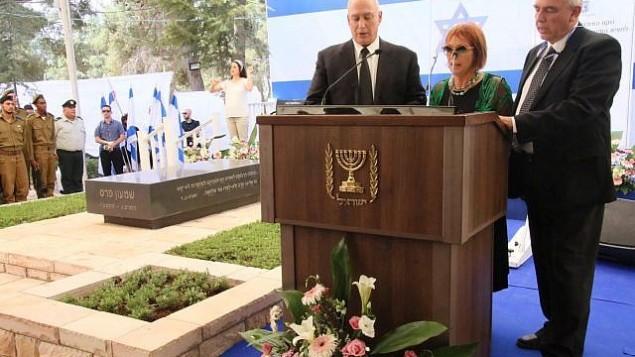 أبناء رئيس الدولة السابق شمعون بيرس الثلاثة خلال مراسم إحياء الذكرى الاولى لوفاته، 14 سبتمبر، 2017. (Josef Avi Yair Engel)