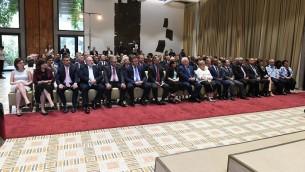 الرئيس رؤوفن ريفلين ينضم الى سفراء اجانب الى اسرائيل ودبلوماسيين للاحتفال رأس السنة اليهودية في منزل الرئيس في القدس، 18 سبتمبر 2017 (Mark Neiman/GPO)