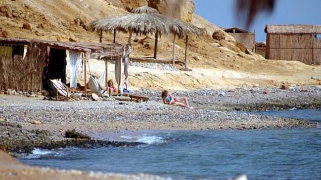 ملف: إسرائيليون في اجازة في منتجع شاطئ سيناء في عام 2006.  (Yossi Zamir/Flash90)