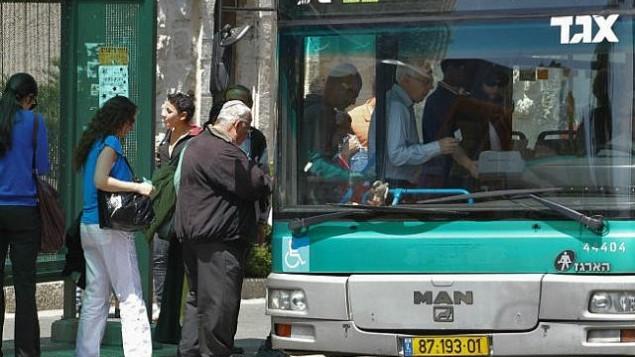 صورة للتوضيح: ركاب سيتقلون حافلة تابعة لشركة 'إيغد' في القدس. (Nati Shohat/Flash90)