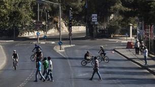 إسرائيليون يركبون الدراجات في شوارع القدس في يوم الغفران. (Yonatan Sindel/Flash90)