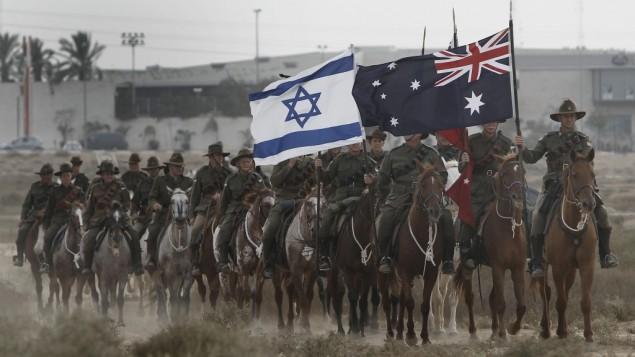 رجال ونشاء استراليين يعيدون تمثيل معركة بئر السبع خلال الحرب العالمية الثانية (Tsafrir Abayov/Flash90)