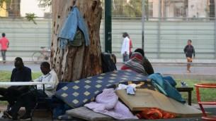 طالبو لجوء افريقيين بالقرب من حديقة لفينسكي في جنوب تل ابيب، 11 ابريل 2013 (Roni Schutzer/ FLASH 90/File)