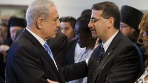 رئيس الوزراء بينيامين نتنياهو (من اليسار) من السفير الأمريكي دان شابيرو في أبريل 2013.(Flash90)