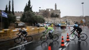 دراجون محترفون أمام باب العامود في البلدة القديمة في القدس في سباق نظمته بلدية القدس، 26 نوفمبر، 2014. (Hadas Parush/Flash90)