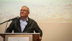عاموس يالدين خلال كلمة له في مؤتمر IsraPresse لمجتمع الناطقين بالفرنسية في مركز 'تراث مناحيم بيغين' في القدس، 22 فبراير، 2015. (Hadas Parush/Flash90)