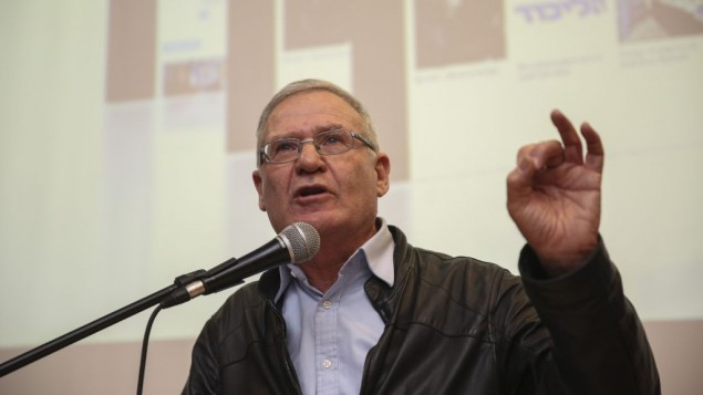 عاموس يادلين يتحدث خلال حدث في القدس، 22 فبراير 2015 (Hadas Parush/Flash90)