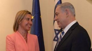 رئيس الوزراء بينيامين نتنياهو يلتقي بوزيرة خارجية الإتحاد الأوروبي، فيديريكا موغيريني، في القدس، 20 مايو، 2015.  (Amos Ben Gershom/GPO)