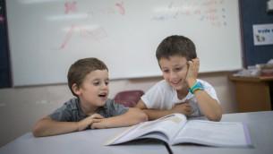 تلاميذ اسرائيليين داخل صف في اول يوم في العام الدراسي في القدس، 1 سبتمبر 2016 (Yonatan Sindel/Flash90)