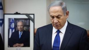 رئيس الوزراء بينيامين نتنياهو في دقيقة صمت على روح شمعون بيرس خلال جلسة خاصة لمجلس الوزراء في القدس، 28 سبتمبر، 2016.(Marc Israel Sellem/POOL)