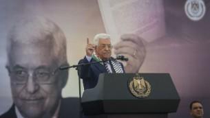 رئيس السلطة الفلسطينية محمود عباس يتحدث خلال مسيرة لإحياء الذكرى ال12 لوفاة الزعيم الفلسطيني ياسر عرفات في مدينة رام الله في الضفة الغربية، 10 نوفمبر، 2016. (Flash90)