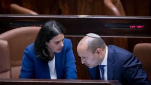 قائد حزب البيت اليهودي نفتالي بينيت مع عض الكنيست ايليت شاكيد في الكنيست، 16 نوفمبر 2016 (Yonatan Sindel/Flash90)