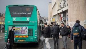 صورة للتوضيح: أشخاص في انتظار وصول الحافلة في محطة الحافلات المركزية في القدس، 4 يناير، 2017. (Hadas Parush/Flash90)