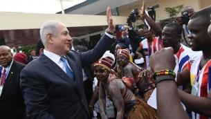 رئيس الوزراء بنيامين نتنياهو في مطار عاصمة ليبيريا مونوروفيا، 4 يونيو 2017 (Kobi Gideon/GPO/Flash90)
