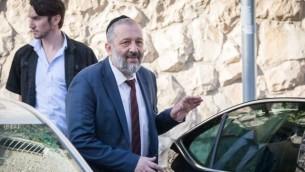 أرييه درعي يغادر منزله في القدس في طريقه إلى التحقيق في وحدة 'لاهف 433' لمكافحة الفساد، 5 يونيو، 2017. (Yonatan Sindel/Flash90)