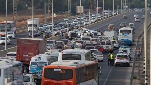صورة توضيحية لنشطاء ومعاقين يشاركون في مظاهرة تدعو إلى رعاية صحية أفضل، على الطريق السريع خارج بلدة 'يكوم'، والتي تسببت باختناقات مرورية، 14 أغسطس، 2017. (Flash90)