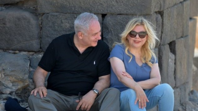 رئيس الوزراء بنيامين نتنياهو وزوجته سارة في زيارة الى هيبوس، موقع أثري في شمال إسرائيل، 15 أغسطس 2017. (Kobi Gideon/GPO)