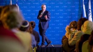 زعيم حزب يش عتيد يئير لبيد خلال لقاء مفتوح  باللغة الإنجليزية في متحف أراضي الكتاب المقدس في القدس في 6 سبتمبر 2017. (Yonatan Sindel/Flash90)