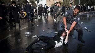 متظاهرون حريديم يشتبكون مع الشرطة خلال تظاهرة احتجاجا على اعتقال شاب حريدي تملص من التجنيد العسكري في القدس، 17 سبتمبر، 2017. (Yonatan Sindel/Flash90)