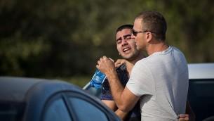 رجلان من سكان في مستوطنة هار أدار، القريبة من القدس، في 26 سبتمبر، 2017، في صورة تم التقاطها بعد قيام منفذ هجوم فلسطيني بقتل حارسي أمن وشرطي حرس حدود، وإصابة رجل رابع بجروح خطيرة. (Hadas Parush/FLASH90)