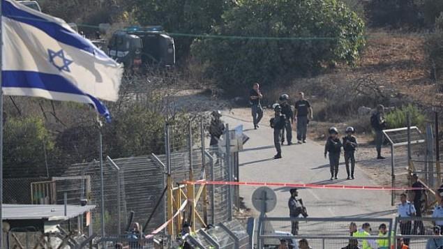 قوات الامن ترد على هجوم وقع امام مستوطنة هار ادا بالقرب من القدس، 26 سبتمبر 2017 (Yonatan Sindel/FLASH90)