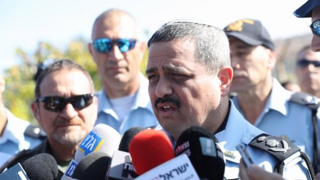 مفوض الشرطة روني الشيخ يتحدث في ساحة هجوم امام مستوطنة هار ادا بالقرب من القدس، 26 سبتمبر 2017 (Yonatan Sindel/FLASH90)
